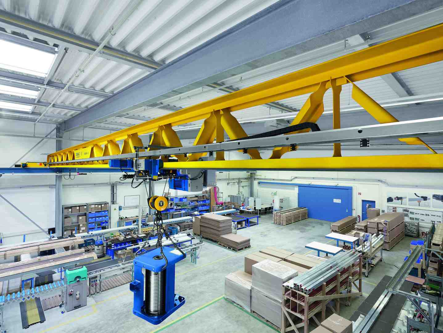 The new Demag V-type crane gives architects greater freedom for planning new factory buildings.